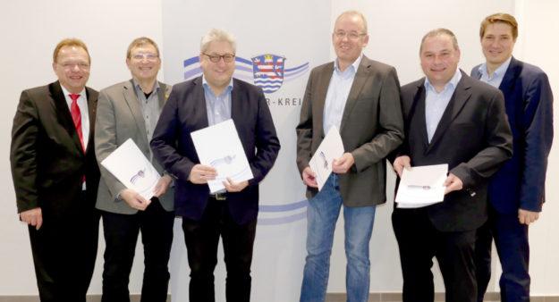 177.000 Euro für fünf Kommunen sind eine gute Investition in die Kinderförderung. Von li.: Landrat Winfried Becker und die Bürgermeister Frank Grunewald (Niedenstein), Rainer Barth (Gilserberg), Claus Steinmetz (Wabern), Andreas Schultheis (Schrecksbach) und Dr. Nico Ritz (Homberg). Foto: nh