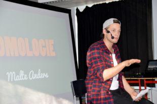 Kabarettist Malte Anders ergänzte den Unterricht nach Lehrplan mit wertschätzendem Verständnis. Foto: Gunnar Krosky