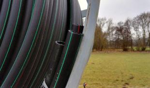 Eine Rolle Leerrohr liegt in Elgershausen für die Verlegung von Glasfaserkabeln bereit. Foto: BNG