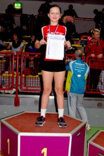 Greta Andre bei der Siegerehrung im Kugelstoßen der W10. Foto: nh
