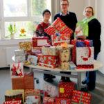 Helmi Weber, Kai Wettlaufer und Sandra Kreuzer (v. li.) bei der Übergabe der Päckchen. Foto: Hephata