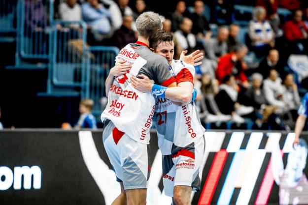 Lasse Mikkelsen und Roman Sidorowicz herzen sich nach toller Leistung. Foto: Käsler