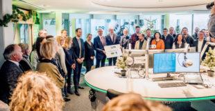 Alle Mitarbeiter der Radio/Tele FFH freuten sich über die Anerkennung ihrer Arbeit und die Sicherung der Arbeitsplätze. In der Mitte: LPR-Direktor Joachim Becker, Vorsitzender der LPR-Versammlung Winfried Engel und FFH-Geschäftsführer Hans-Dieter Hillmoth. Foto: FFH