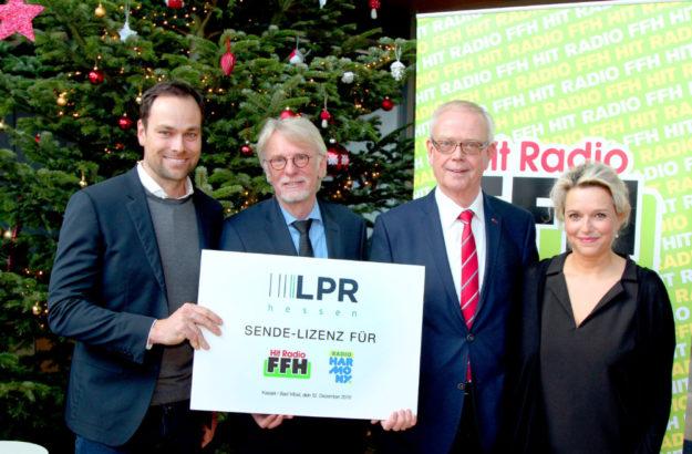 Von links: FFH-Moderator Daniel Fischer, LPR-Direktor Joachim Becker, Vorsitzender der LPR-Versammlung Winfried Engel, harmony.fm-Moderatorin Minou. Foto: FFH