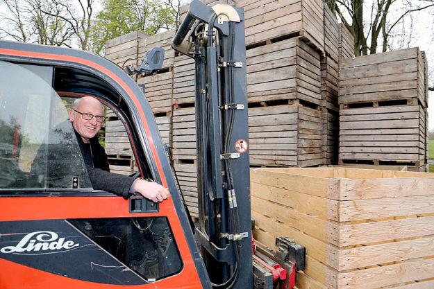Per Gabelstapler werden die Kartoffelkisten von Stephan Ziegler transportiert. Foto: Hephata