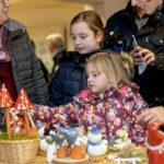 Marlene Zander (7) und Laura Zander (5) und guckten sich nebenan mit Mutter Julia Zander (rechts) aus Rommershausen und Oma Hertha Theiß (links) aus Frankenhain Engelfiguren an. Foto: Hephata