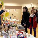 Jutta Dehnert-Bathe, Haus Maranatha der Hephata Diakonie in Borken, zeigte Sybille und Sascha Freihöffer mit Tochter Christin einen ihrer Papier-Weihnachtssterne. Foto: Hephata