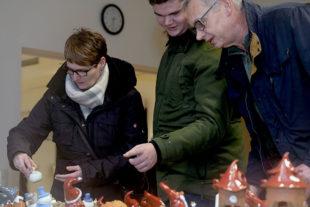 Paul Krell (16) und seine Eltern Simone und Werner Krell aus Kleinenglis kauften einen Keramik-Schneemann. Foto: Hephata