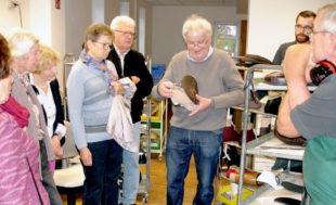 Unter der Leitung des Arbeitskreissprechers von SCHULEWIRTSCHAFT Schwalm-Eder, Andreas Göbel, informierten sich Pädagogen und Wirtschaftsvertreter über orthopädische Spitzen-Schuhtechnik. Foto: nh