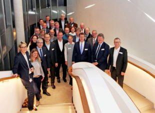 Das ganzheitliche Konzept ist für jede und jeden im Unternehmen präsent. Auf dem Foto erlebt Besuch aus Kassel die Lichteffekte im eleganten Treppenhaus, die an laufende Sägebänder denken lassen sollen. Foto: nh