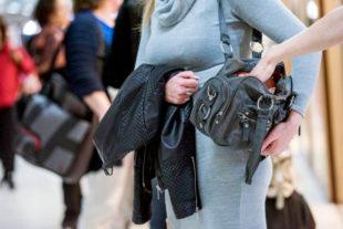 Immer auf Gepäck und Reiseutensilien achten! Vor allem in der Weihnachtszeit haben es Taschendiebe auf prall gefüllte Geldbörsen und teure Wertsachen abgesehen. Foto: Bundespolizei