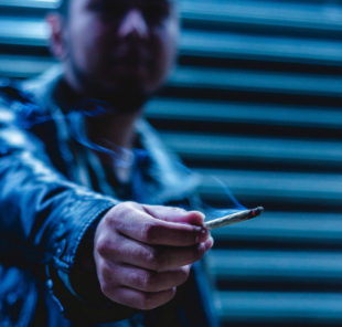 """""""Das ist die letzte"""", sagt sich leicht. Damit der gute Vorsatz mit der Raucherentwöhnung klappt, bietet die DAK am 10. Januar eine Ärzte-Hotline an. Symbolbild: ©Cristian S.   Unsplash"""