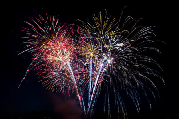 Mit F2 kategorisierte Pyrotechnik sollte nicht zu sorglos abgebrannt werden, damit aus dem schönen, bunten Feuerwerk kein Unfall resultiert. Foto: Elisha Terada | Unsplash