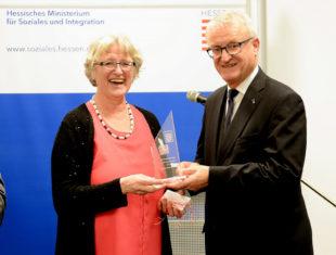 Gitta Hentschker-Kranixfeld wird von Dr. Wolfgang Dippel für ihr ehrenamtliches soziales Engagement ausgezeichnet. Foto: nh