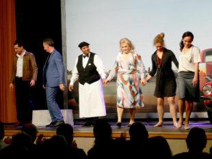 Verbeugung und Schlussapplaus für einen gelungenen Theaterabend. Foto: nh