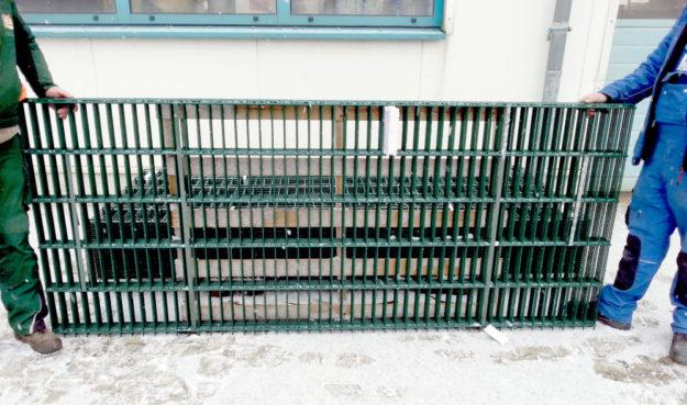 Doppelstahlmatten werden aktuell als zusätzliche Verstärkung im Wolfs- und Bärengehege eingebaut, während der zweite entflohene Wolf noch immer auf der Flucht ist. Foto: Wildpark
