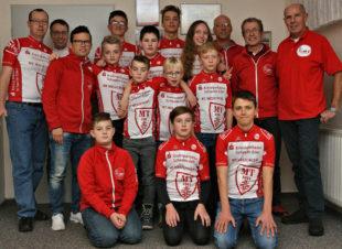 Das Radsport-Schüler- und Jugendteam der MT Melsungen mit Trainern und Betreuern. Ganz rechts der »Motor des Erfolges« Roland Wex. Foto: nh