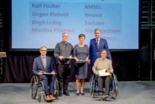 Christian Wulff (2.v.r.) verlieh Jürgen Klahold (2.v.l.) die Ehrennadel in Silber. Foto: Thomas Ernst | DMSG BV