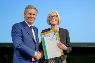 Schirmherr Christian Wulff gratuliert Marianne Moldenhauer zum »Käte Hammersen Preis«. Foto: Thomas Ernst | DMSG BV