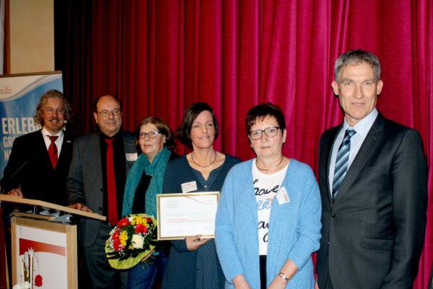 Verleihung des Sonderpreises (v.li.): Markus Exner (Region Nordhessen), Laudator Hartmut Reiße, Dr. Brigitte Buhse (LEADER-Region Knüll), Sonja Pauly (LEADER-Region Schwalm-Aue), Heidrun Englisch (Rotkäppchenland) und Regionalmanager Holger Schach. Foto: nh