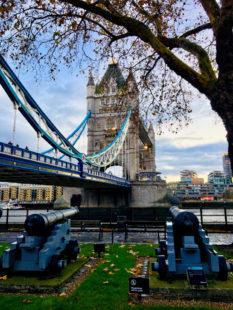 Hoffentlich kein Omen für den Brexit: Richtung Towerbridge zeigen die Kanonen an den Londoner Southbanks. Foto: Schmidtkunz