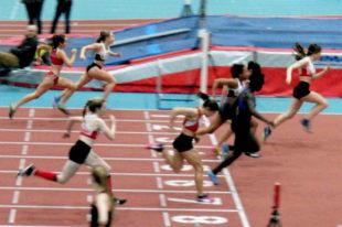 Im 60m-A-Finale machte Vivian Groppe - Bahn 8 - im Finish noch einen Platz gut und hätte fast noch Emilie Meier auf der Ziellinie abgefangen. Foto: nh