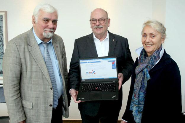 Schalteten die Online-Wahl scharf: Der technische Wahlvorstand (v.l.) Detelf Kümper (zugleich Vorsitzender der Wahlkommission), Walter Blum und Heidi Hornschu-Baumbach. Foto: IHK