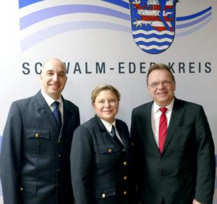 Stellv. Kreisbrandinspektor Michael von Bredow, die neue Kreisbrandinspektorin Tanja Dittmar und Landrat Winfried Becker. Foto: nh