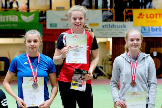 Siegerehrung über 300 Meter - Gold für Vivian Groppe. Foto: nh