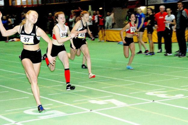 Zielfoto vom 60m-Finale der W15 - Carolin Schlung (i,75) vor Vivian Groppe (7,90) und Mira Baus (8,04). Foto: nh
