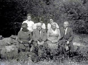 Die ehemaligen jüdischen AVS-Schülerinnen Beate Höxter (hi., 1. v.re.) und Margret Goldschmidt (hi., 1. v.li.) mit ihren Eltern am 3. Juni 1934 auf der Homberger Lichte. Beide Schülerinnen verließen unfreiwillig die August Vilmar-Schule, weil sie keine beruflichen Perspektiven für sich in nationalsozialistischen Deutschland sahen. Beate wanderte 1940 in die USA aus, Margret ging 1939 nach England. Quelle: BTHS-Schulmuseum   Foto: Sandra Höxter, Washington D.C., USA