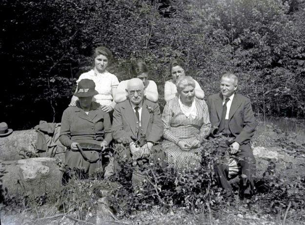 Die ehemaligen jüdischen AVS-Schülerinnen Beate Höxter (hi., 1. v.re.) und Margret Goldschmidt (hi., 1. v.li.) mit ihren Eltern am 3. Juni 1934 auf der Homberger Lichte. Beide Schülerinnen verließen unfreiwillig die August Vilmar-Schule, weil sie keine beruflichen Perspektiven für sich in nationalsozialistischen Deutschland sahen. Beate wanderte 1940 in die USA aus, Margret ging 1939 nach England. Quelle: BTHS-Schulmuseum | Foto: Sandra Höxter, Washington D.C., USA