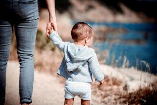 Spaziergang mit dem Nachwuchs. Die Geborgenheit, mit der sich ein Kleinkind in seine neue Pflegefamilie einleben kann, ist für sein späteres Leben entscheidend.  Foto: Germain | unsplash