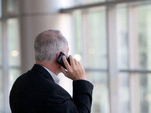 Und wenn er am Telefon noch so seriös wirkte, dem falschen Polizisten machte ein kluger Bankangestellter einen Strich durch die Rechnung. Symbolfoto: Jim Reardan | unsplash
