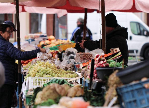 Das regionale Angebot und die Frische der Waren sprechen für den Einkauf auf dem Wochenmarkt. Die Homberger FWG regt noch einige organisatorische Ideen an. Foto: Jonah Pettrich | unsplash