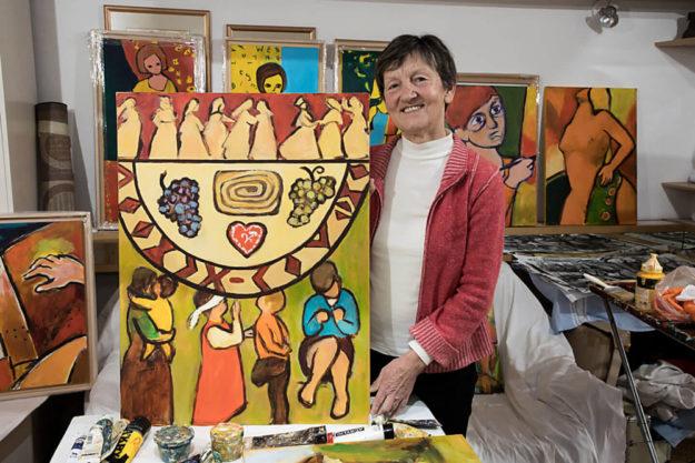 Künstlerin Rezka Arnuš, hier in ihrem Atelier in Slowenien, hat das Titelbild zum Weltgebetstag 2019 gestaltet. Foto: WGT e.V. | Heine
