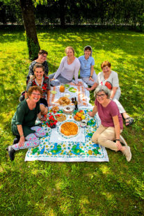 Kommt, alles ist bereit – Dieses Wort aus dem Lukasevangelium wird hier von den Frauen als Einladung zu einem Mahl verstanden. Foto: WGT e.V.   Heine