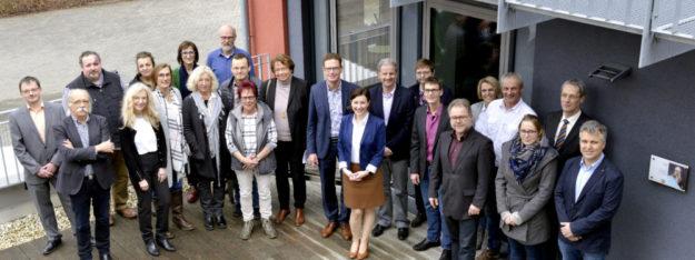 Die Preisträger des pädagogischen Prämienmodells und des Sonderpreises vor dem Technikhaus der Radko-Stöckl-Schule in Melsungen. Foto: nh