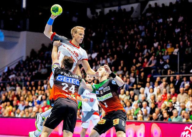 Lasse Mikkelsen gegen Magdeburgs O'Sullivan und Musche im heutigen Ausswärtsspiel beim SC Magdeburg. Foto: Alibek Käsler