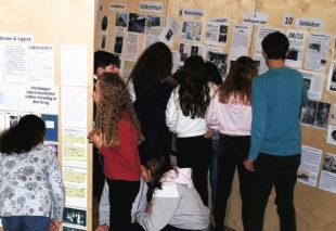 Schüler der Jahrgangsstufe 7 besuchen die Ausstellung. Foto: nh