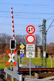 Schilderwald am beschrankten Bahnübergang. Hier soll der Haltepunkt Schwarzenberg entstehen. Foto: Schmidtkunz
