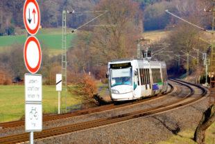 Die RegioTram R5 durchfährt die Schwarzenberger Kurve Richtung Melsungen. Foto: Schmidtkunz