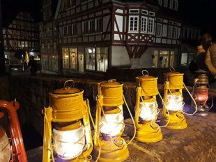 Die Lampen sind betankt und gezündet, der Spaziergang in die gruselige Melsunger Nacht kann beginnen. Foto: nh