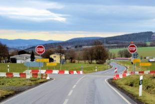 Eigentlich nicht zu übersehen: Die Stop-Stelle am Elfershäuser Kreuz; hier aus Fahrtrichtung Hilgershausen. Foto: Schmidtkunz