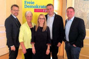 Von links: Otto Fricke MdB, Marion Viereck (Vorsitzende FDP Melsungen), Wiebke Knell MdL, Nils Weigand (Vorsitzender FDP Schwalm-Eder) und Dr. Ralf-Urs Giesen (stv. Vorsitzender FDP Schwalm-Eder). Foto: David Lewerenz