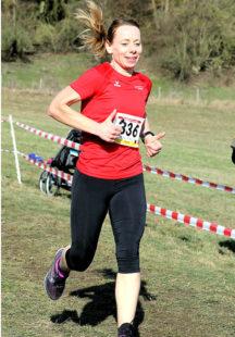 Sabine Gundel vom TSV 05 Remsfeld querfeldein auf dem Weg zur Bronze. Foto: Schattner