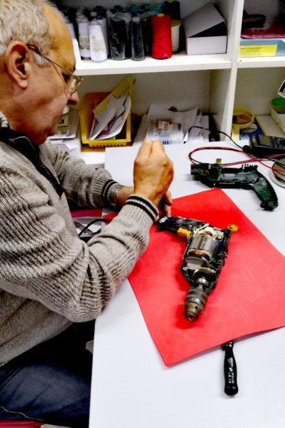 Bohrmaschine richten? Für die Profis im Repair-Café eine ebenso leichte wie sinnvolle Übung. Foto: cof