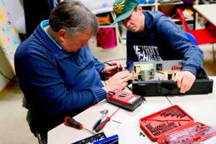 Von der Heimelektronik über Spielsachen bis hin zu Werkzeugen reicht die Palette der Instandsetzungswünsche beim 1. Repaircafé. Foto: rpt