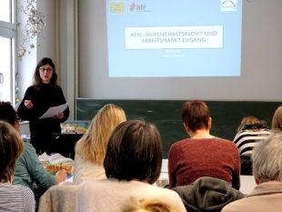 BLEIB-Beraterin Jana Borusko vom Hessischen Flüchtlingsrat (hfr) erklärt Ehrenamtlichen in der Flüchtlingshilfe die komplexen Zusammenhänge von Asylrecht und Arbeitsmarkt. Foto: Arbeit und Bildung e.V.