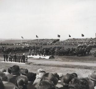 Das Reiterregiment 13 bei der Parade – wohin der Jubel übers Militär führt, sollte sich keine zehn Jahre später der Menschheit schmerzlich ins Gedächtnis gebrannt haben. Archivbild: T. Schattner